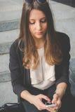 Mulher de negócio autêntica nova que fala ao móbil Imagens de Stock Royalty Free