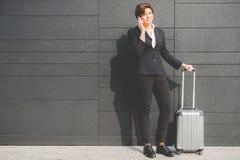 Mulher de negócio autêntica nova que fala ao móbil Fotografia de Stock