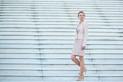 Mulher de negócio auto-confiante nova bonita imagens de stock royalty free