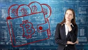 Mulher de negócio de Bauty que está no terno com logotipo de Bitcoin para ilustrar o uso do bitcoin para a troca ou a transferênc imagens de stock royalty free