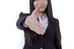 A mulher de negócio bem sucedida estica para fora sua mão fotografia de stock royalty free