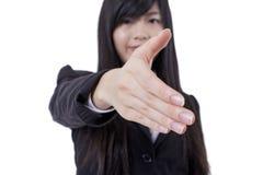 A mulher de negócio bem sucedida estica para fora sua mão imagens de stock royalty free