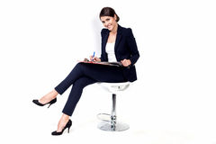 Mulher de negócio bem sucedida feliz na cadeira do escritório no fundo branco Fotos de Stock