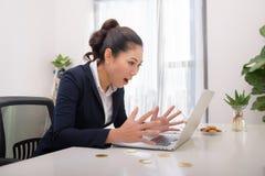 Mulher de negócio bem sucedida moderna nova de Ásia com computador e bi imagens de stock