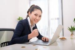 Mulher de negócio bem sucedida moderna nova de Ásia com computador e bi foto de stock royalty free
