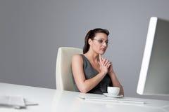 Mulher de negócio bem sucedida no escritório Foto de Stock Royalty Free