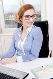 Mulher de negócio bem sucedida nova no escritório Fotos de Stock Royalty Free