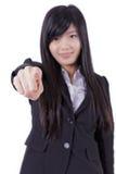 Mulher de negócio bem sucedida que aponta em você e no sorriso imagem de stock