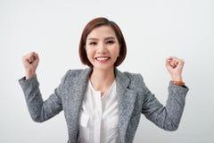 Mulher de negócio bem sucedida que comemora com braços acima no fundo branco, conceito do negócio fotografia de stock royalty free