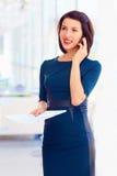 Mulher de negócio bem sucedida que fala no telefone fotografia de stock royalty free