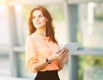 Mulher de negócio bem sucedida que guarda um tablet pc digital no escritório Imagem de Stock Royalty Free