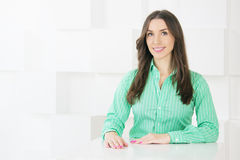 Mulher de negócio bem sucedida que olha a câmera Y ocasional atrativo Foto de Stock