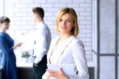 Mulher de negócio bonita colegas do negócio que analisam figuras financeiras no gráficos Foto de Stock Royalty Free