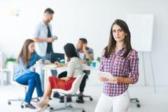 Mulher de negócio bonita com a tabuleta digital no escritório moderno fotografia de stock