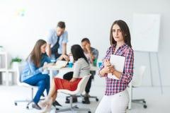 Mulher de negócio bonita com a tabuleta digital no escritório moderno foto de stock