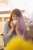 Mulher de negócio bonita da ruptura de café que aprecia em uma xícara de café fotografia de stock