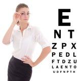 Mulher de negócio bonita nos vidros e na carta de teste do olho isolada Imagens de Stock