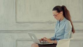 Mulher de negócio bonita nova com o caderno no filme