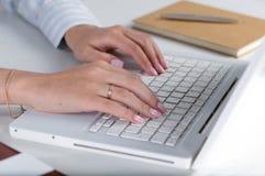 Mulher de negócio bonita nova com o caderno no escritório Imagem de Stock