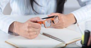 Mulher de negócio bonita nova com o caderno no escritório Imagens de Stock Royalty Free