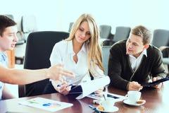 Mulher de negócio bonita nova com sócios comerciais, homens na Fotografia de Stock