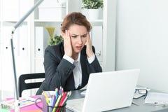 Mulher de negócio bonita nova da virada que tenta concentrar-se Imagens de Stock Royalty Free