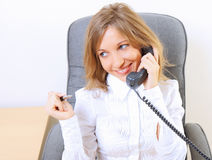 Mulher de negócio bonita nova que trabalha no escritório Imagem de Stock