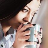 Mulher de negócio bonita que aprecia em uma xícara de café fotografia de stock royalty free