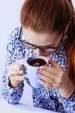 Mulher de negócio bonita que aprecia em uma xícara de café foto de stock