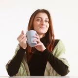 Mulher de negócio bonita que aprecia em uma xícara de café (bre do café Foto de Stock Royalty Free
