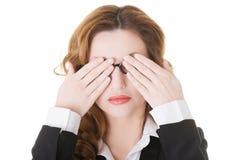 Mulher de negócio bonita que cobre seus olhos. Imagem de Stock Royalty Free
