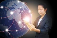 Mulher de negócio bonita que guarda a tabuleta e o uso para conectar a informação fotos de stock