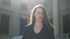 Mulher de negócio bonita que sente nervosa e desapontado na cidade video estoque