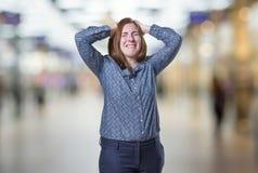 A mulher de negócio bonita tem problemas grandes sobre o fundo do borrão imagem de stock royalty free
