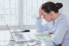 Mulher de negócio cansado com o computador no escritório, no esforço e nos problemas fotografia de stock royalty free