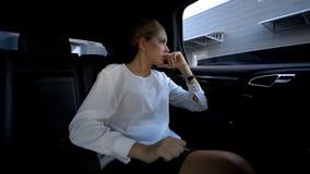 Mulher de negócio cansado da convicção e da azáfama da cidade grande que olham na janela do veículo foto de stock royalty free
