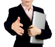 Mulher de negócio com aperto de mão de oferecimento do caderno a você Imagens de Stock