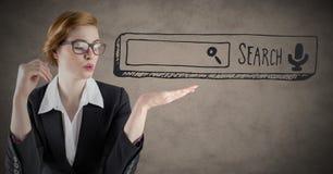 Mulher de negócio com barra da busca à disposição contra o fundo marrom com folha de prova do grunge imagem de stock