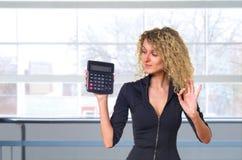 Mulher de negócio com calculadora fotos de stock royalty free