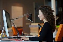Mulher de negócio com computador Imagem de Stock Royalty Free