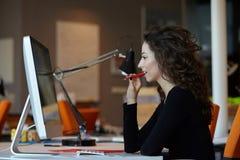 Mulher de negócio com computador Fotografia de Stock Royalty Free