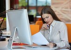 Mulher de negócio com computador Imagens de Stock