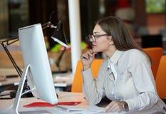 Mulher de negócio com computador Foto de Stock Royalty Free