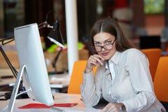 Mulher de negócio com computador Fotos de Stock Royalty Free