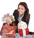 Mulher de negócio com dinheiro, caixa de presente e saco. Imagem de Stock