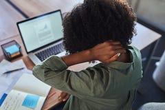 Mulher de negócio com dor do pescoço fotografia de stock royalty free