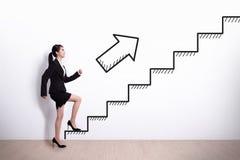 Mulher de negócio com escada Fotos de Stock Royalty Free