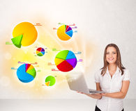 Mulher de negócio com gráficos e cartas coloridos Fotos de Stock Royalty Free