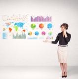 Mulher de negócio com gráficos e cartas coloridos Fotografia de Stock Royalty Free