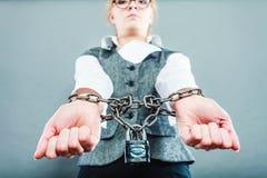 Mulher de negócio com mãos acorrentadas Imagens de Stock Royalty Free